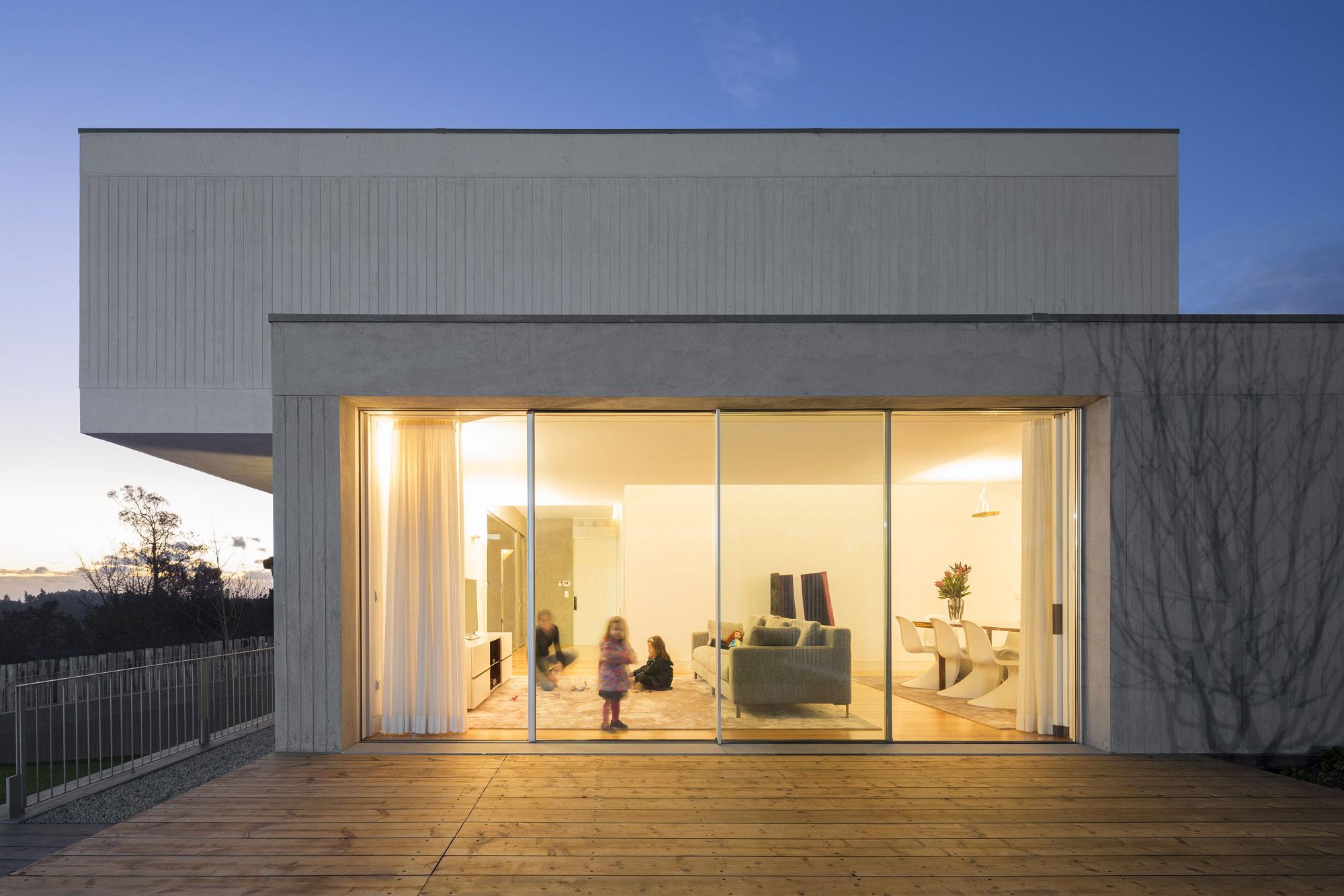 glass-sliding-door-warm-modern-house-design-interior-color-ideas
