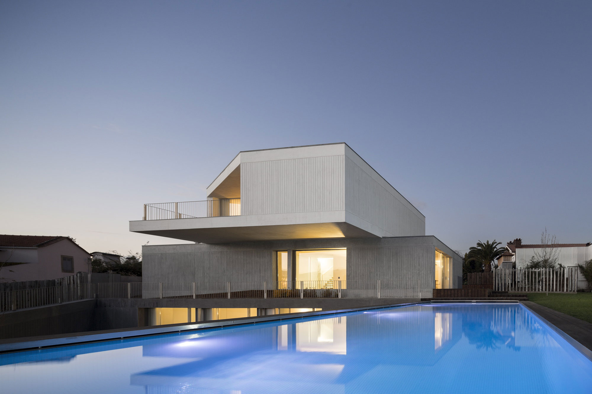 modern-house-design-with-white-exterior-color-decorating-ideas-plus-large-outdoor-pool